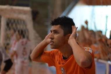 Luizinho comemora o primeiro gol da partida