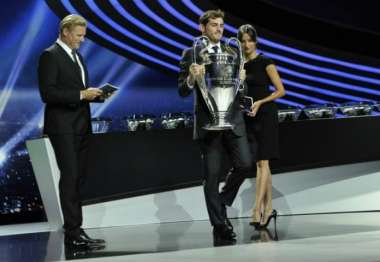 Capitão do atual campeão Real Madrid, Casillas levou a taça para a cerimônia