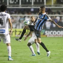 Grêmio vence com autoridade e derruba invencibilidade do Santos na Vila
