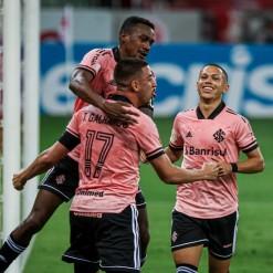 Inter vence o Vasco e chega à liderança com gol e assistência de Galhardo