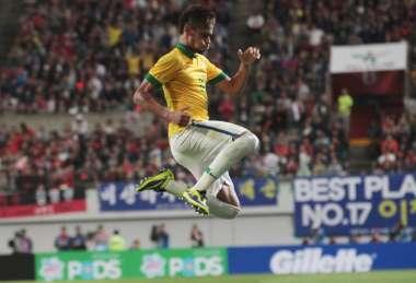 Neymar comemora com estádio lotado em Seul: recorde de público com 65.308 pessoas