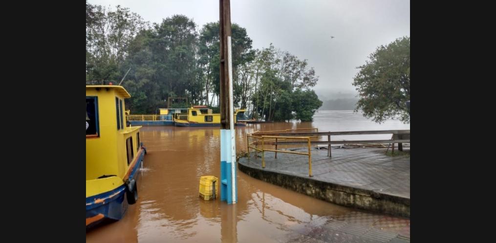 Rio Uruguai sobe e Barca interrompe travessia em Mondaí (Foto: Marcos Blatt)