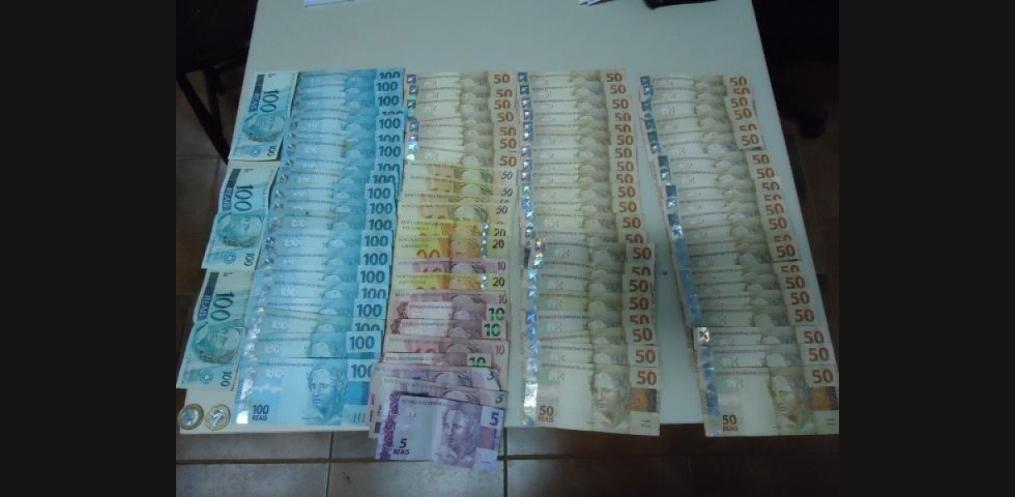 Dinheiro apreendido seria resultado da venda de drogas durante a Oktoberfest no sábado (12) e madrugada de domingo (13). (Foto: Divulgação/Polícia Civil)