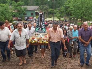 Fiéis carregaram imagem da padroeira do Brasil em procissão até a igreja da comunidade de Linha Cambucica