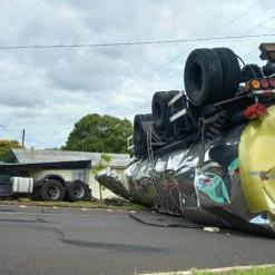 Caminhão colide em residência após motorista não conseguir subir em rua