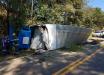 Caminhão tomba e motorista morre no Oeste