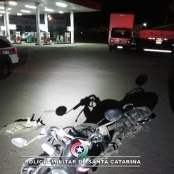Caminhoneiro passa com veículo por cima de moto e foge sem prestar socorro