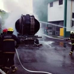 Carreta carregada com combustível pega fogo no parque industrial da Tirol