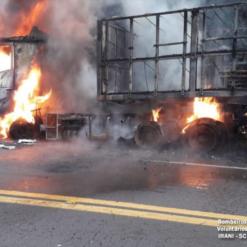 Carreta fica destruída após pegar fogo na BR-153
