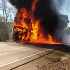 Carreta fica destruída após pegar fogo na divisa entre SC e RS
