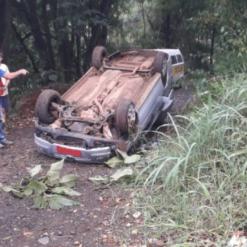 Carro funerário capota e deixa motorista ferido no Oeste