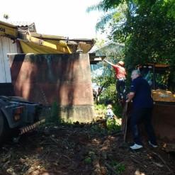 Casal é resgatado de poço vazio após piso de residência desabar