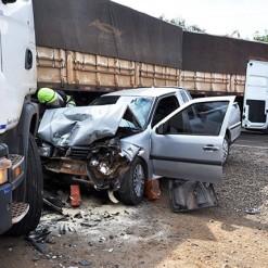 Casal fica ferido após colidir veículo em carreta