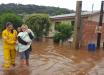 Chuva forte alaga ruas, inunda casas e deixa famílias desabrigadas no Oeste
