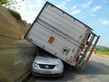 Motorista do carro foi levado para pronto-socorro