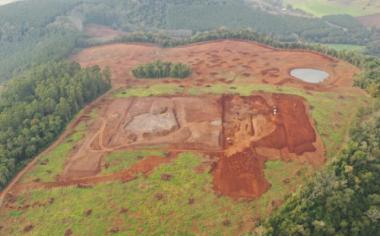 Local onde está sendo feita terraplanagem e que serão construídos oito galpões