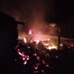 Fogo destrói parte de galpão no interior de Mondaí