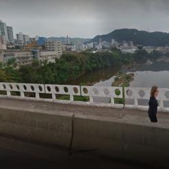 Homem rouba celular e tenta jogar vítima  de ponte em SC