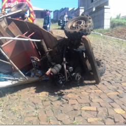 Idoso fica ferido após capotamento de carretinha agrícola em Guaraciaba