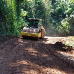 Mondaí realiza compactação de solo em estradas do interior
