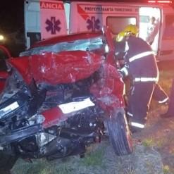 Motorista bate carro em trator agrícola e morre no local