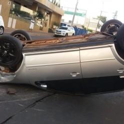 Motorista capota automóvel após bater em carro parado ao atender celular