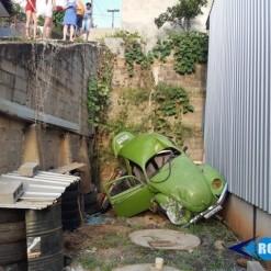Motorista despenca de muro de aproximadamente quatro metros de altura com Fusca