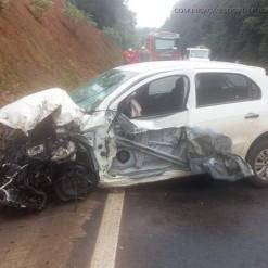Motorista passa mal e colide veículo de passeio em caminhão