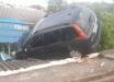 Motorista perde o controle da direção e sobe em telhado de residência