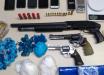Polícia prende dois homens e apreende armas e drogas