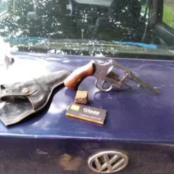 Policiais apreendem revólver e maconha