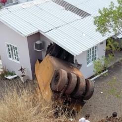 Rolo compressor cai de barranco e atinge residência em São Miguel do Oeste