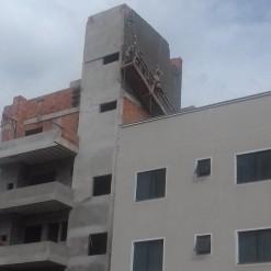 Trabalhadores são socorridos após ficarem presos em andaime de prédio