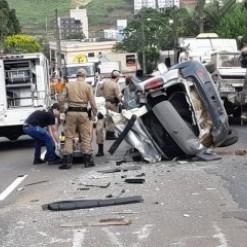 Uma pessoa morre em acidente envolvendo quatro veículos