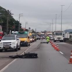 Urubu causa lentidão e motoqueiro morre ao frear e cair embaixo de caminhão
