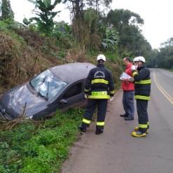 Veículo sai da pista após motorista passar mal
