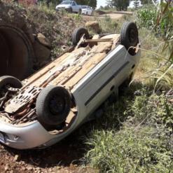 Veículo sai da pista e capota no interior de Itapiranga