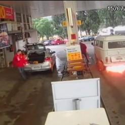 Vídeo: Kombi pega fogo em posto de combustível em Campos Novos